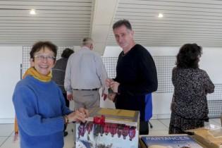 Chantal  et la précieuse urne pour la tombola, + Jean-Marc