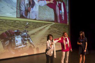 Christiane Mordelet remet à Patricia Ondina une khadag (écharpe) rapportée de Ladakh, symbole de pureté et de bienveillance