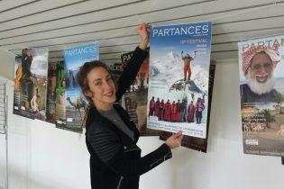 Faire tenir 15 affiches, c'est possible seulement avec le joli sourire de Lauren, venue exprès de Madrid pour nous aider !