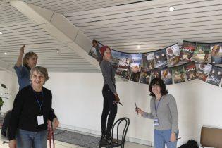 Sylviane, Hélène, Laurène venue exprès de Madrid pour nous aider et Patricia, avec leurs drapeaux tibétains